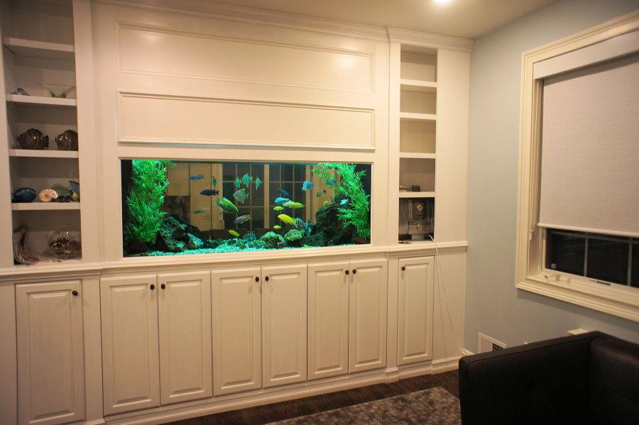 Мебельная стенка со встроенным аквариумом в природном стиле