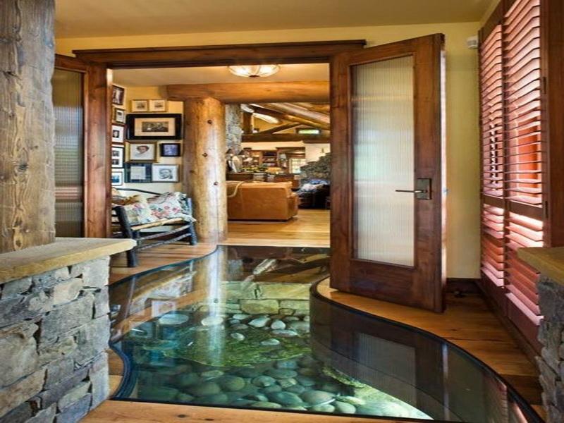 Аквариум в полу холла в частном доме