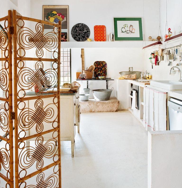 Декоративная ширма из бамбука в белой кухне