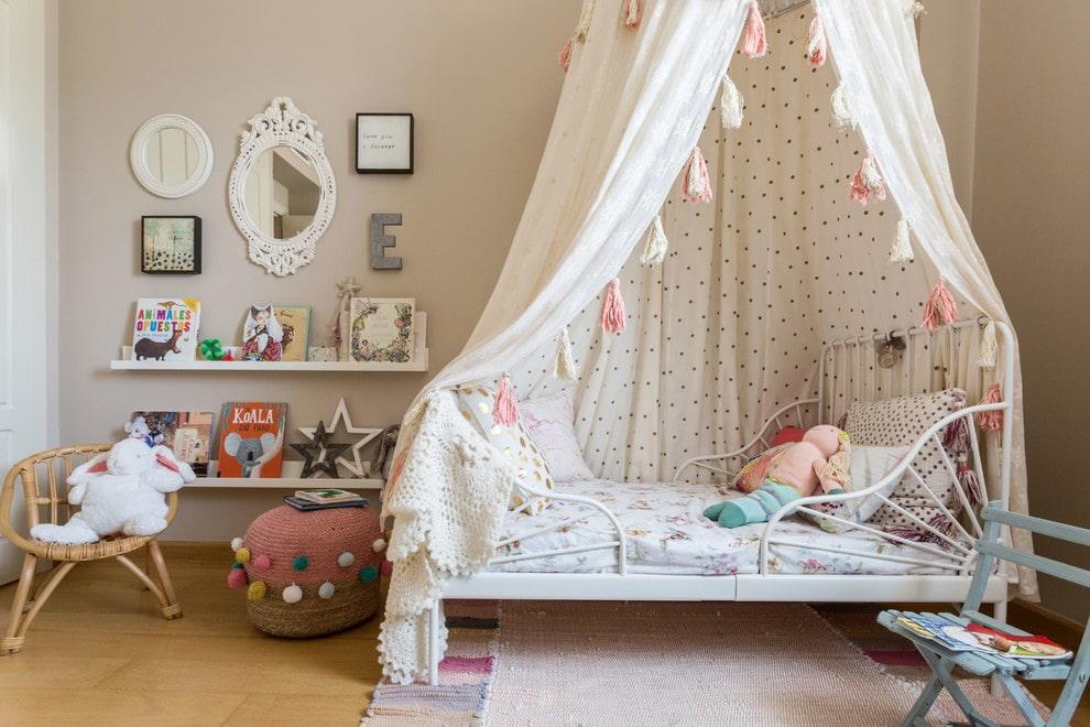 Детская кроватка на кованном каркасе