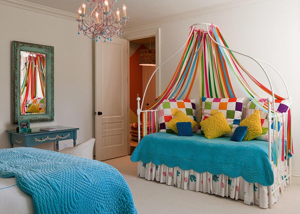 Балдахин из цветных лент в комнате девочки