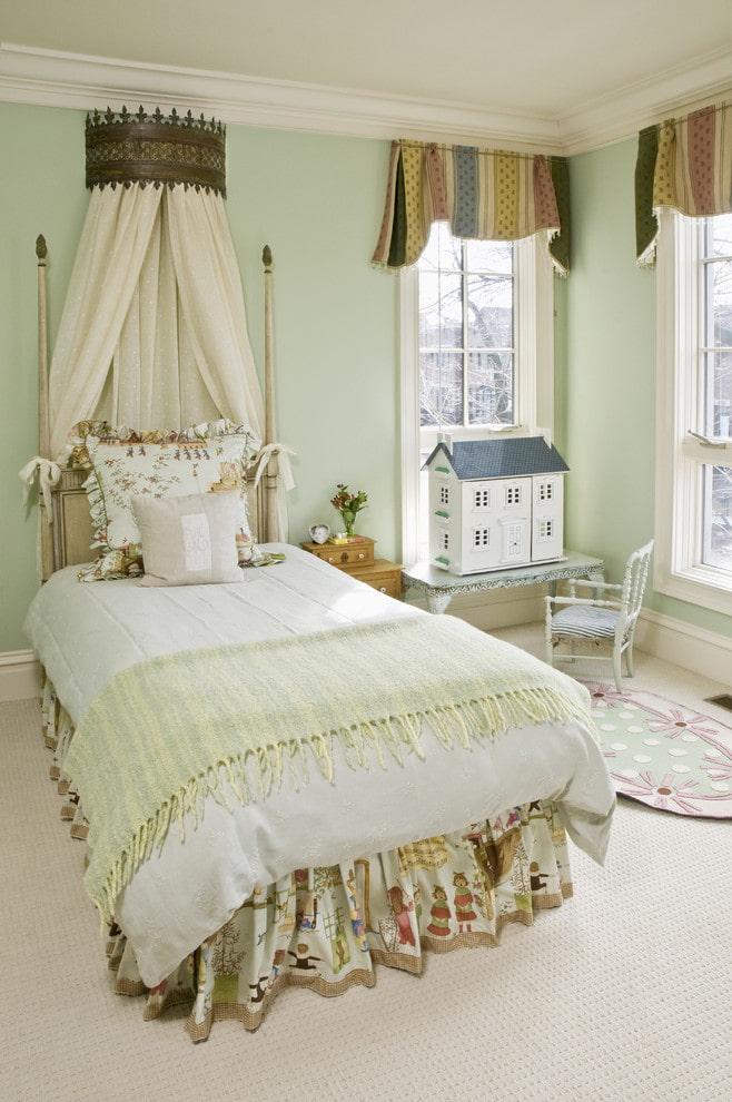 Комната девочки с красивым балдахином над кроватью