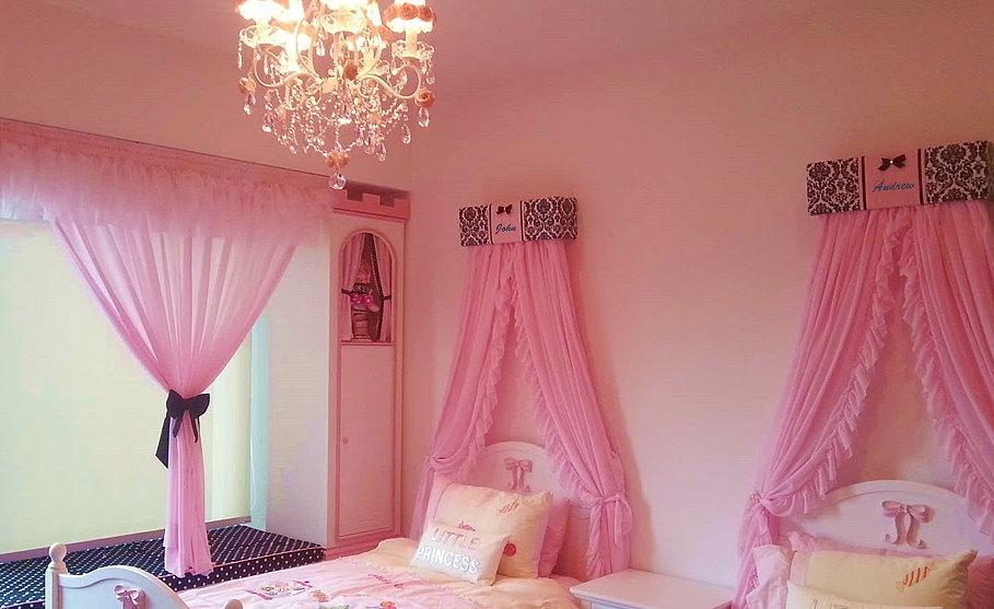 Розовые балдахины в спальне девочек двойняшек