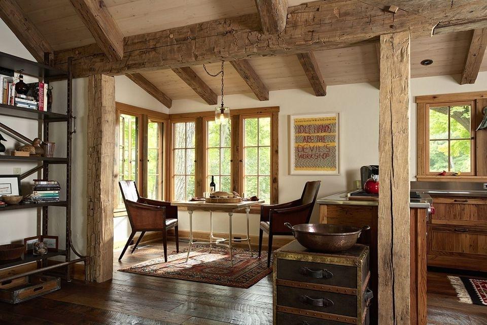 Балки из дерева на потолке дачного домика