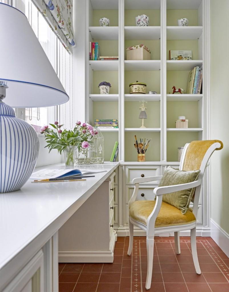 Стильный стул перед столом на лоджии