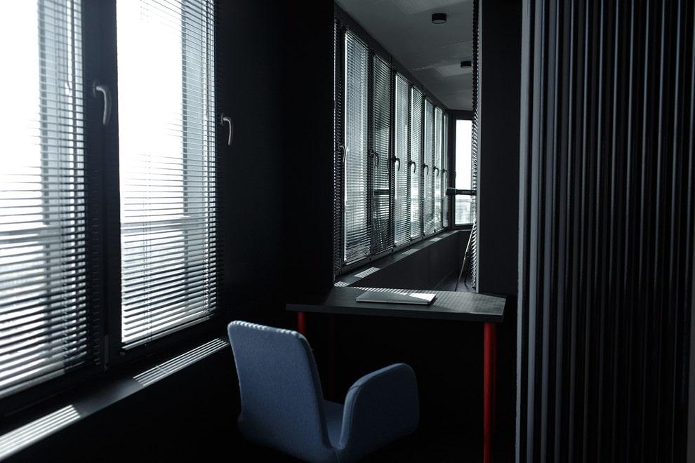 Затемненный балкон с зеркальной стеной