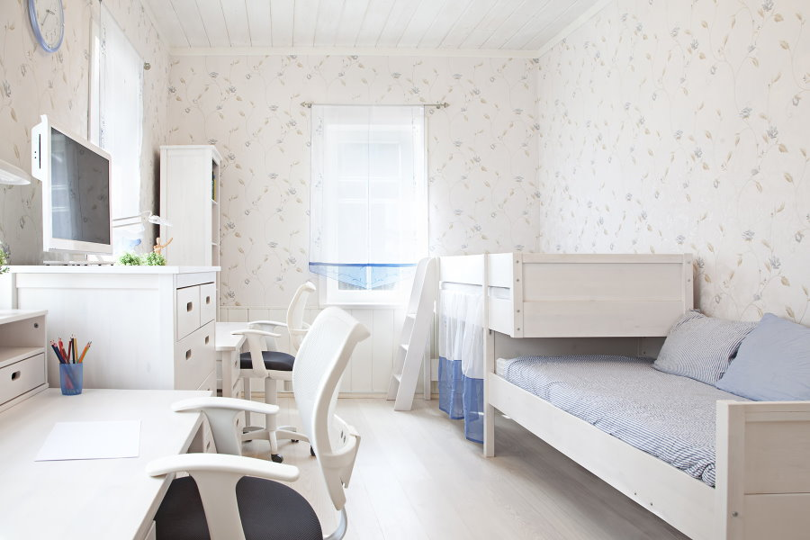 Белая мебель в спальне для двоих детей