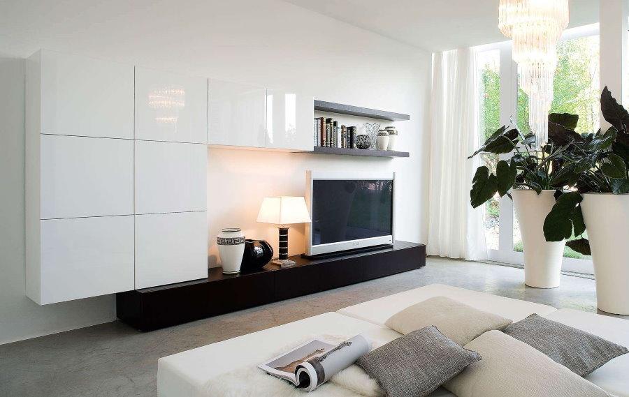 Просторная гостиная со стенкой белого цвета