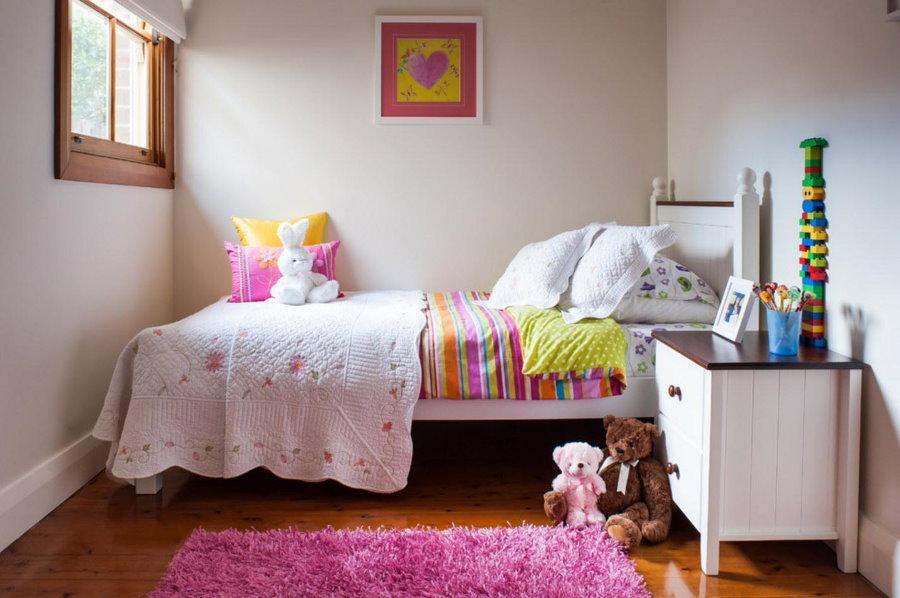 Белые стены в маленькой комнате девочки