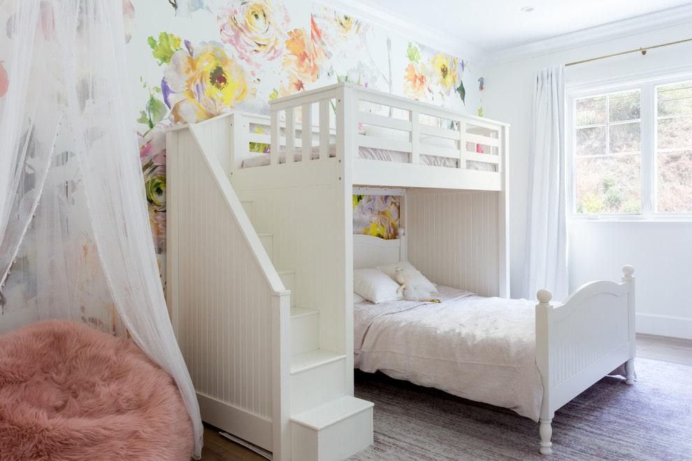 Белая кровать из массива березы в спальне девочек