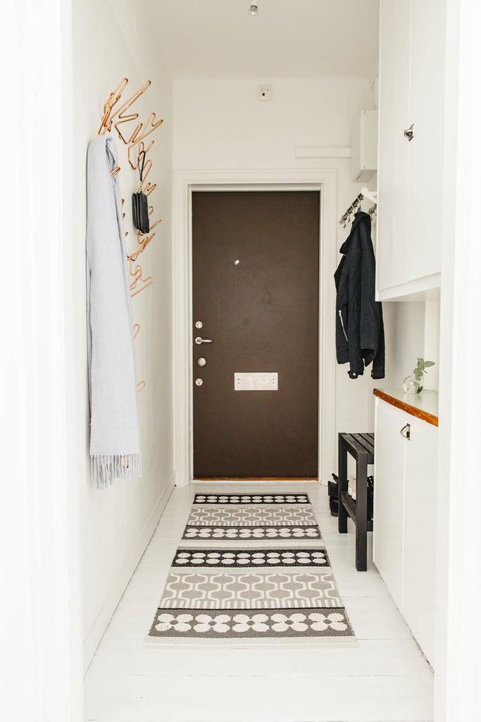 Коричневая дверь в белой прихожей