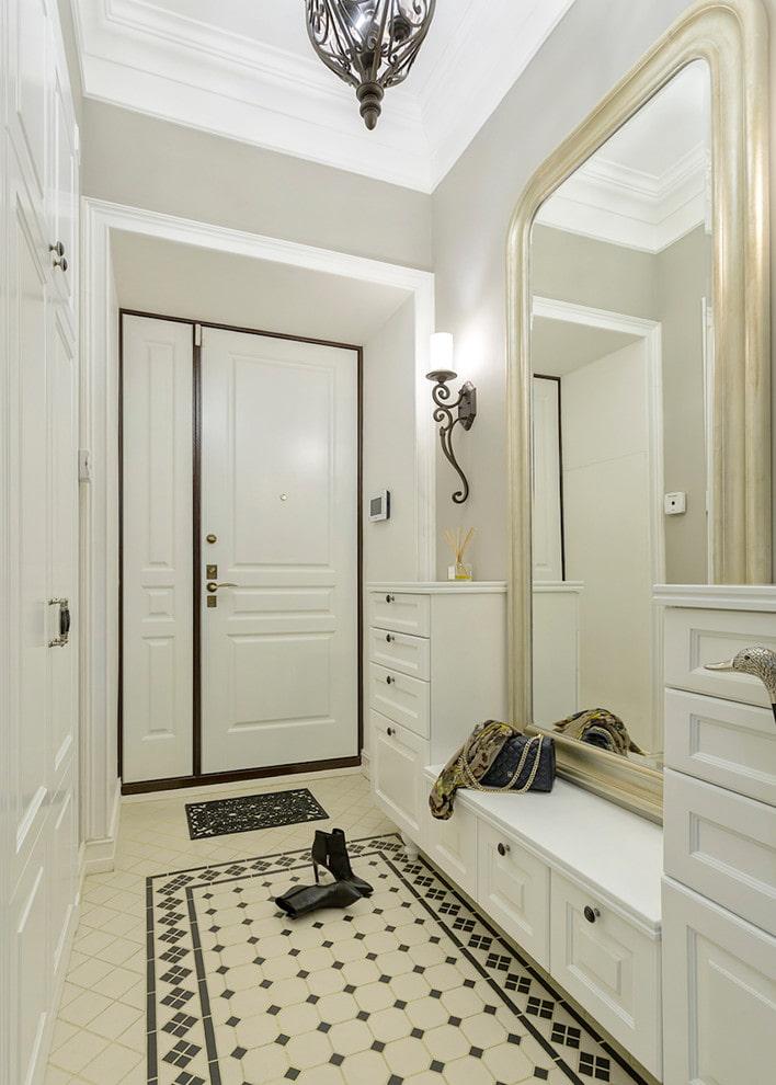 Белая мебель в прихожей стиля классика