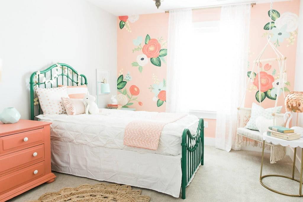 Зеленая кровать в белой спальне девочки