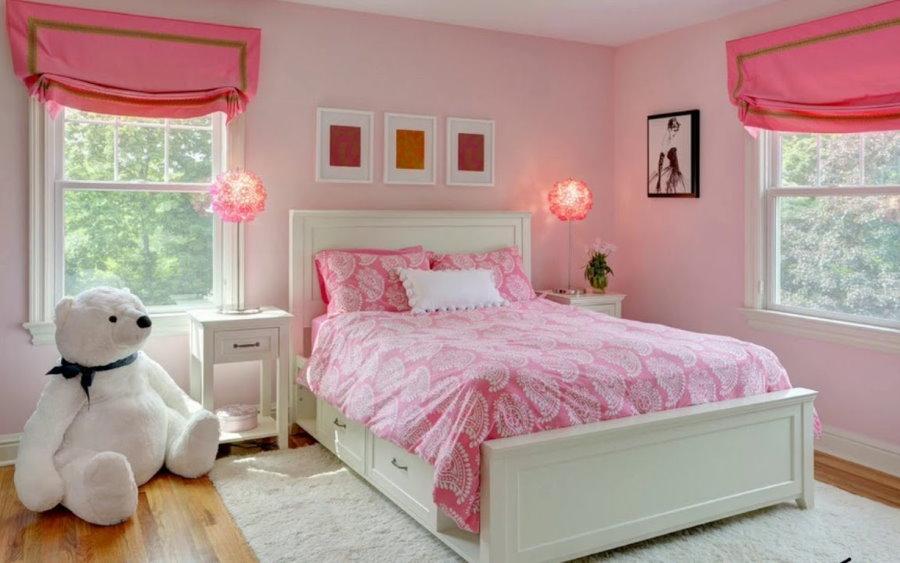 Розовые шторы в спальне с белой кроватью