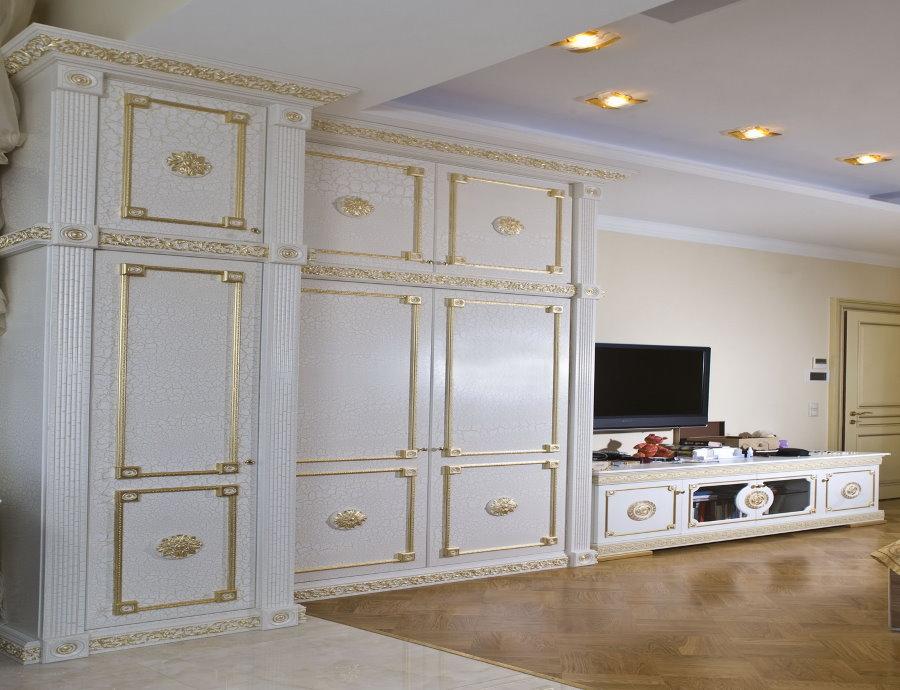 Белая стенка с глянцем в классической гостиной