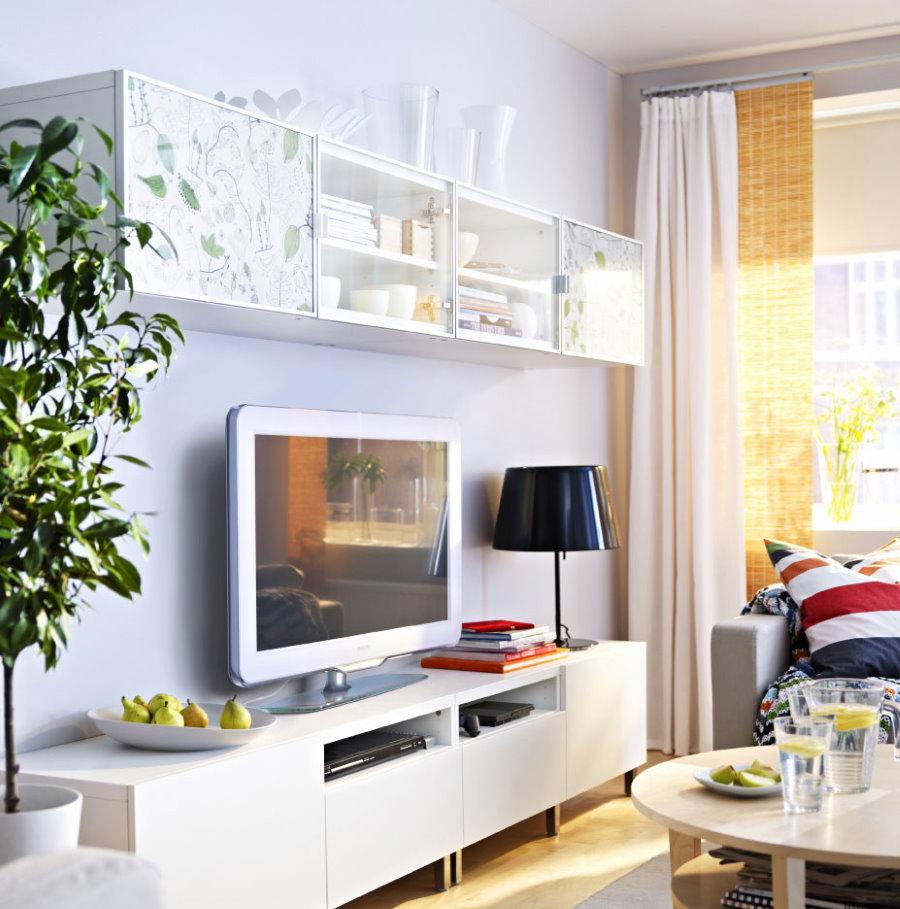 Белая тумба под телевизором в гостиной