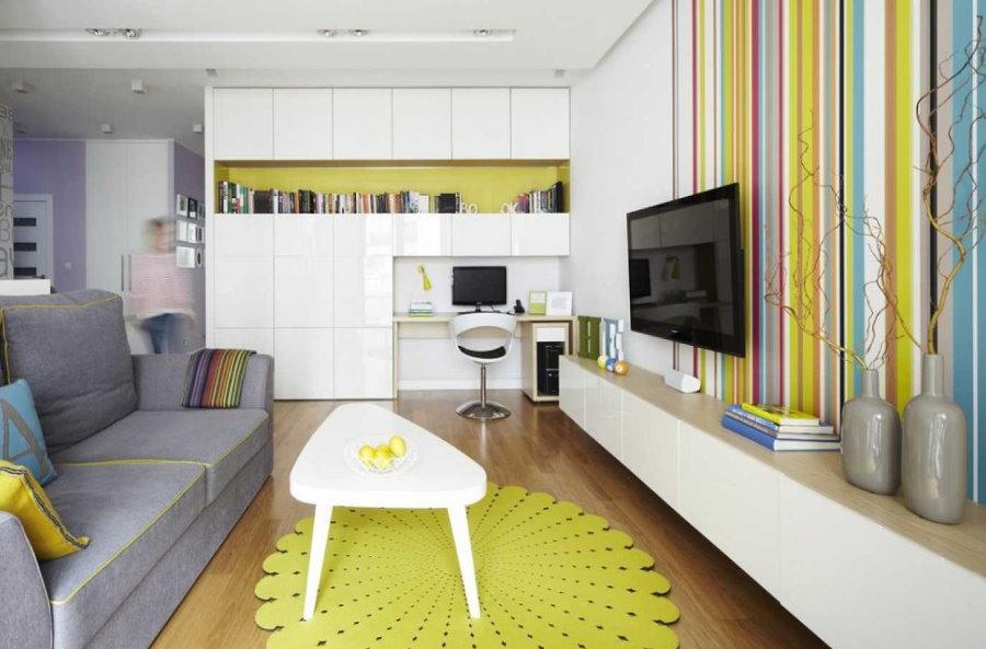 Декор гостиной с белой глянцевой мебелью