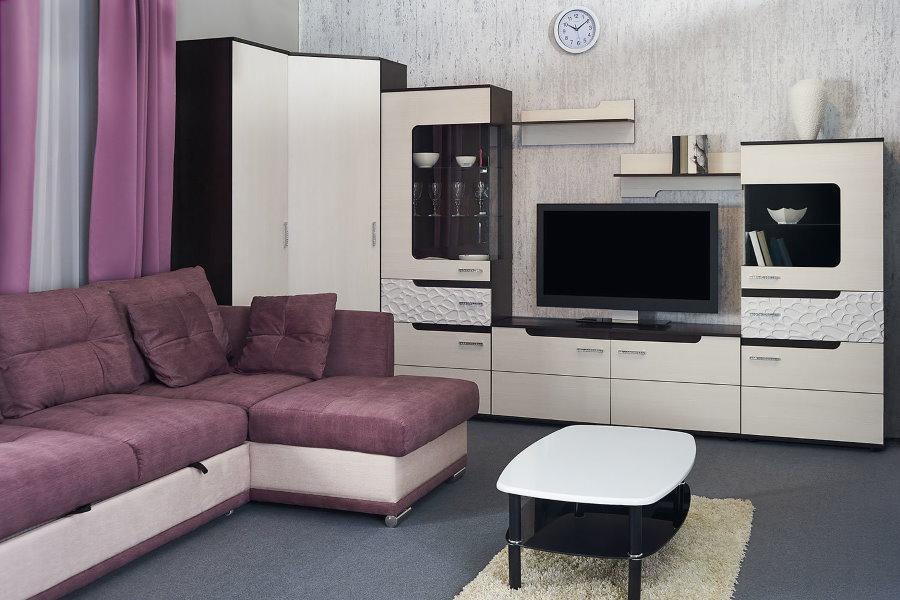 Белая угловая стенка в гостиной с диваном