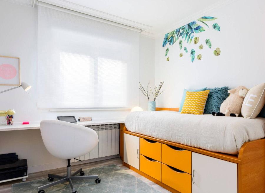 Коричневая кровать в спальне с белыми стенами
