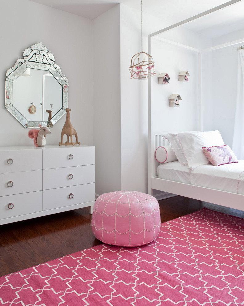 Розовый ковер в комнате с белым комодом