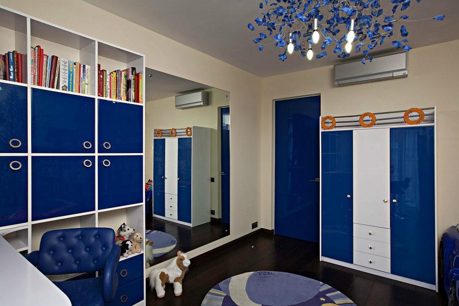 Сине-белая мебель в комнате школьника