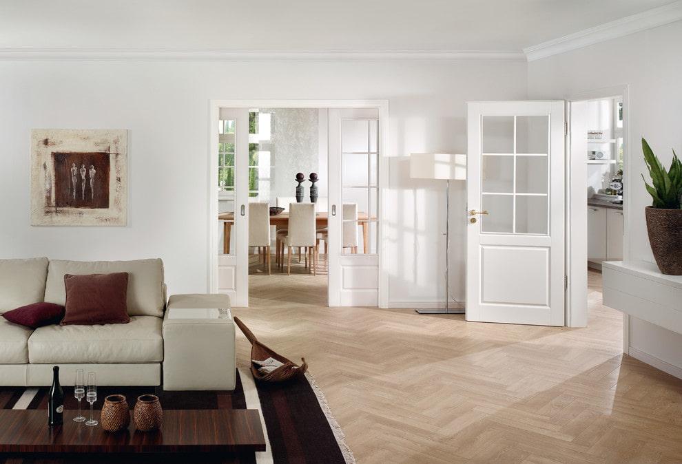 Белые двери в проходной гостиной