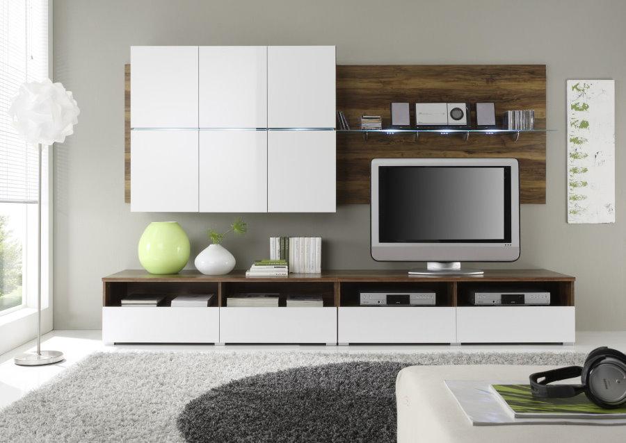 Белые шкафы на серой стене гостиной