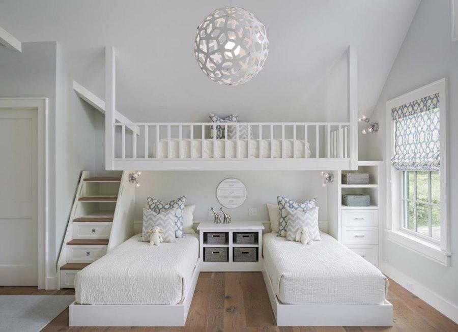 Преобладание белого цвета в интерьере детской комнаты