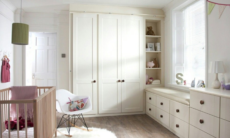 Встроенная мебель белого цвета в комнате новорожденного