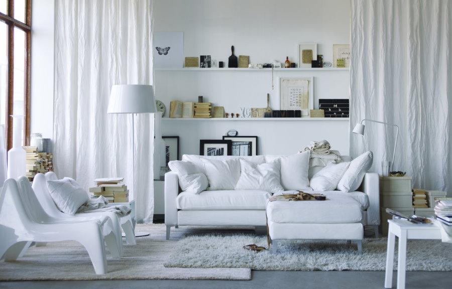 Интерьер белой гостиной комнаты в хрущевке