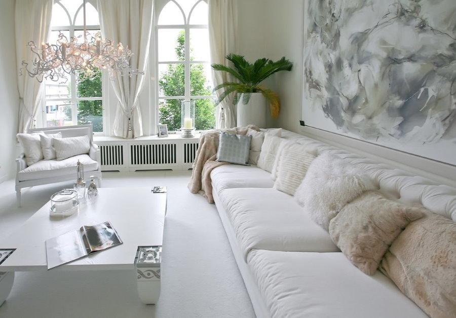 Уютная комната с белым напольным покрытием