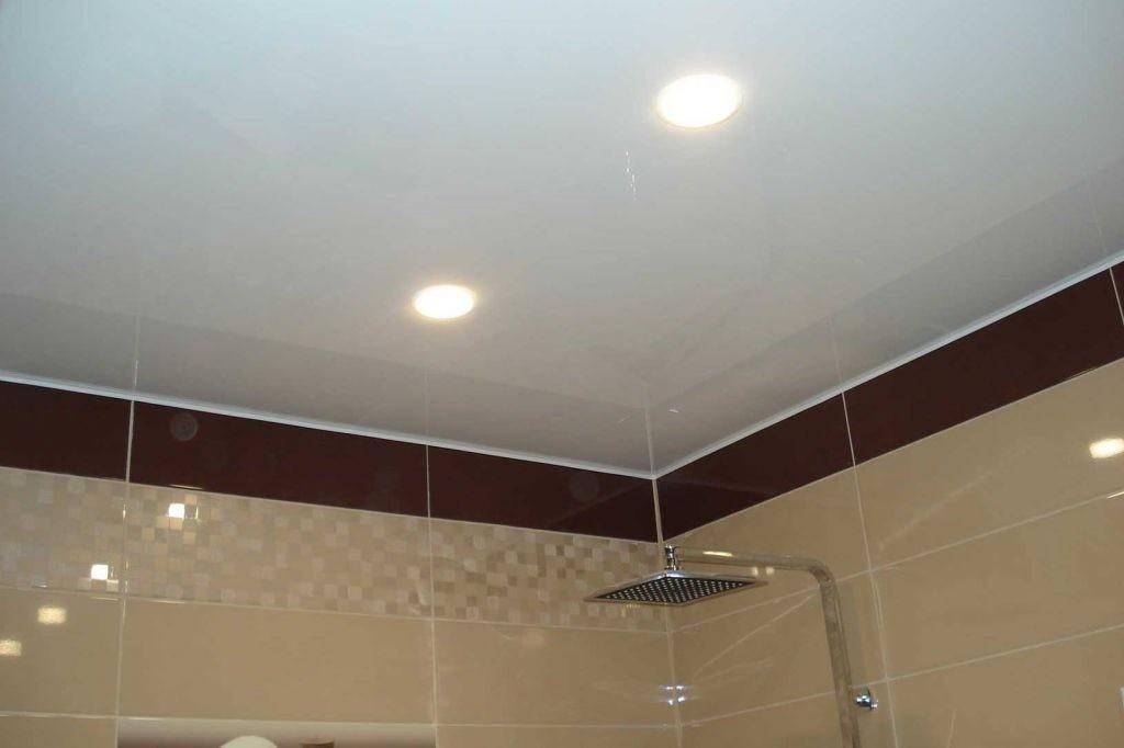 Встроенные светильники на потолке в ванной