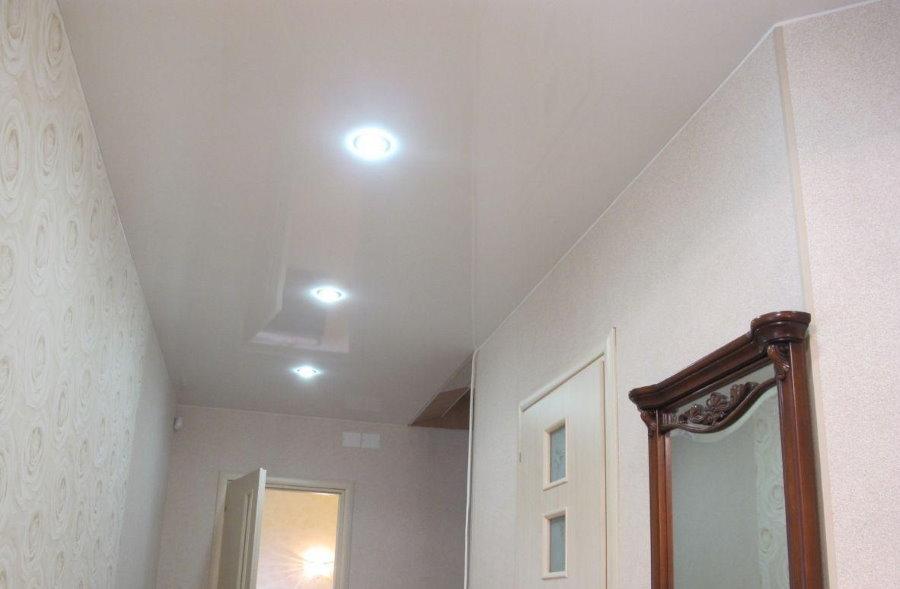 Встроенные светильники на потолке коридора