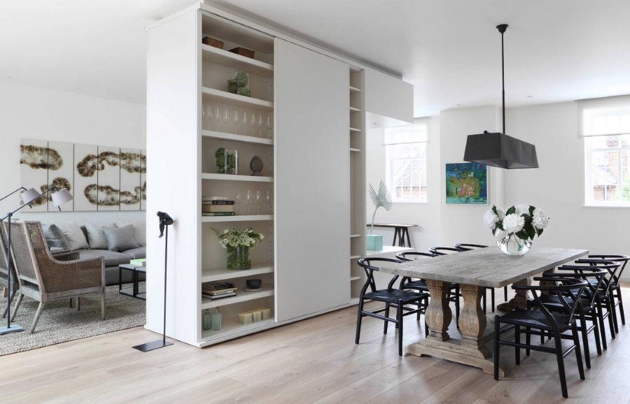Зонирование кухни-гостиной белым шкафом