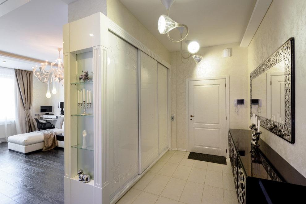 Встроенный шкаф с белыми дверками в прихожей квартиры студии