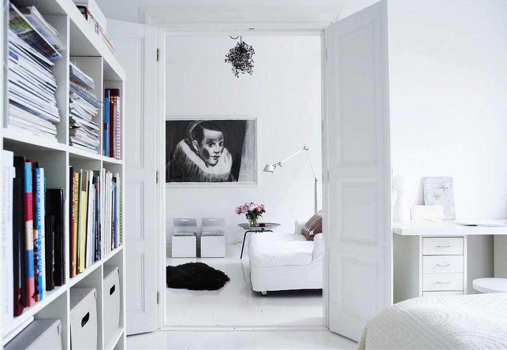 Распашные двери белого цвета в уютной квартире