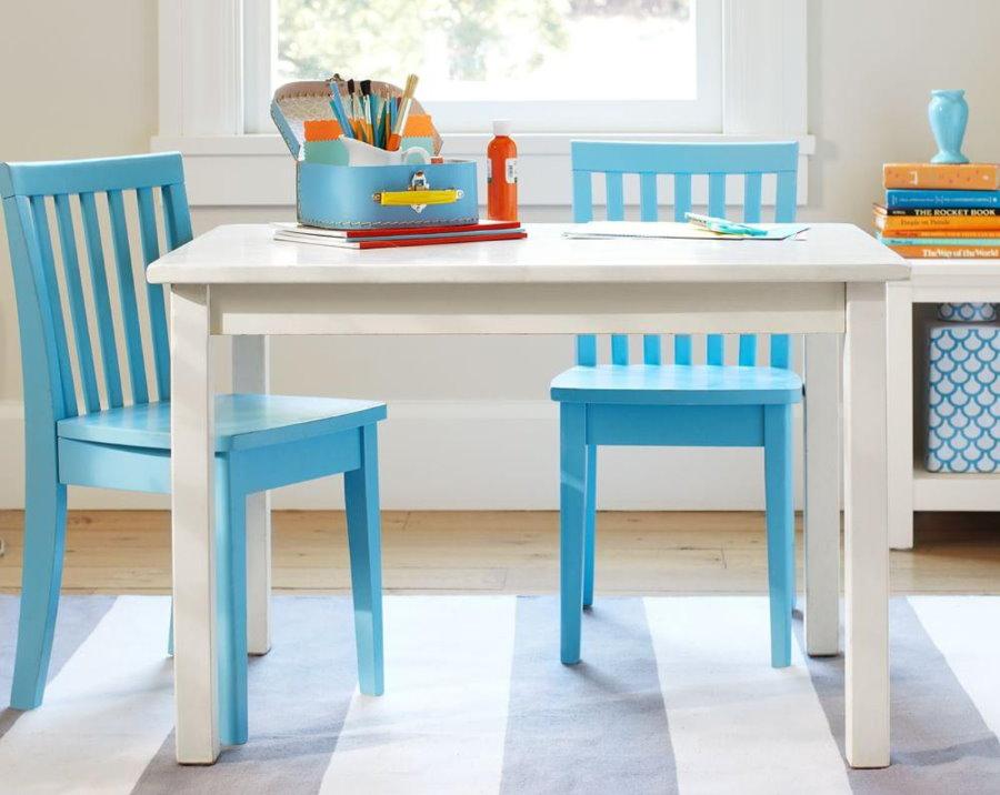 Белый стол в комнате маленького мальчика