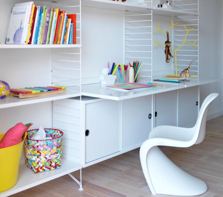 Белый пластиковый стул в детской комнате