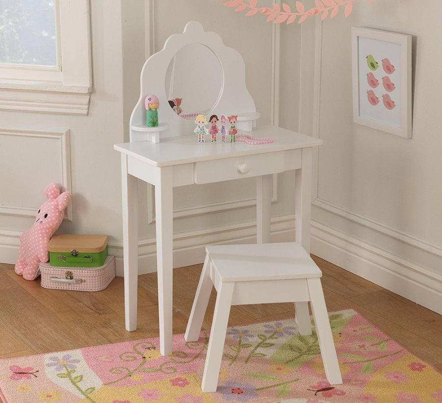 Детский туалетный столик в комнате девочки