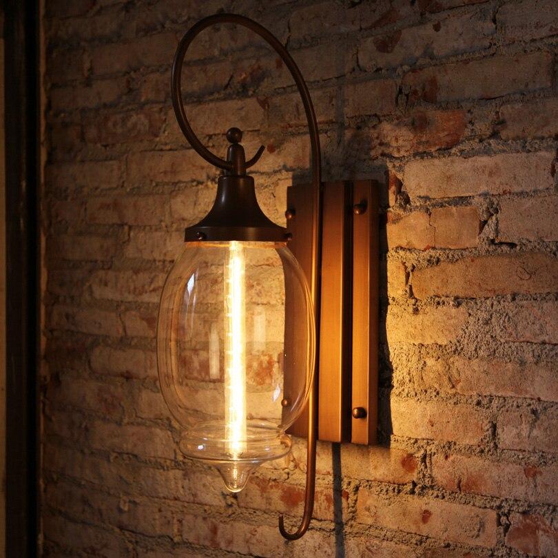 Лофтный светильник на кирпичной стене коридора