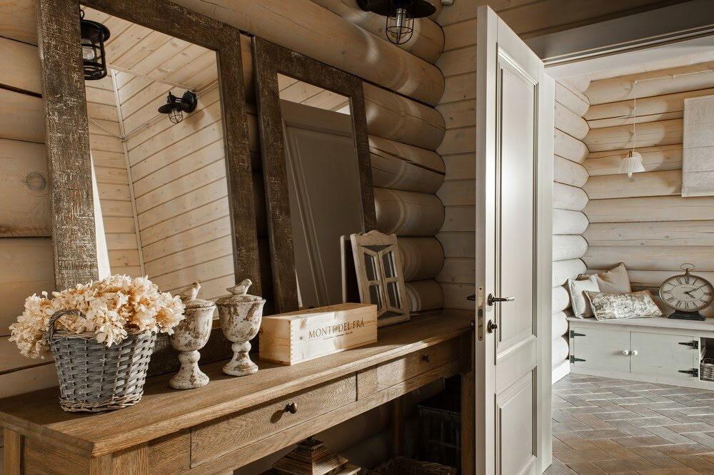 Бревенчатая стена в коридоре деревенского дома