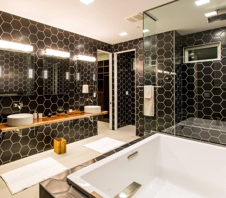 Черная плитка-соты на стене ванной площадью 5,5 кв метров