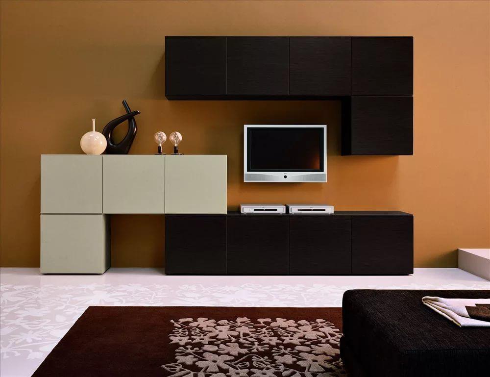 Черно-белая стенка на коричневом фоне