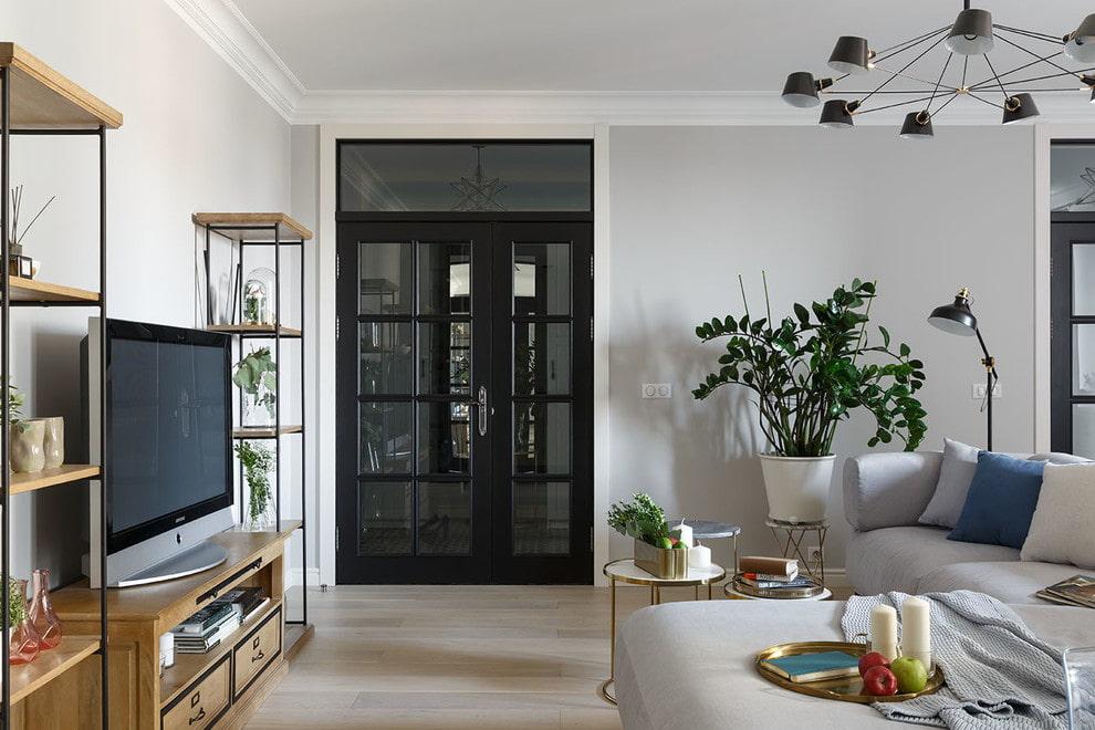 Черная дверь в стене гостиной