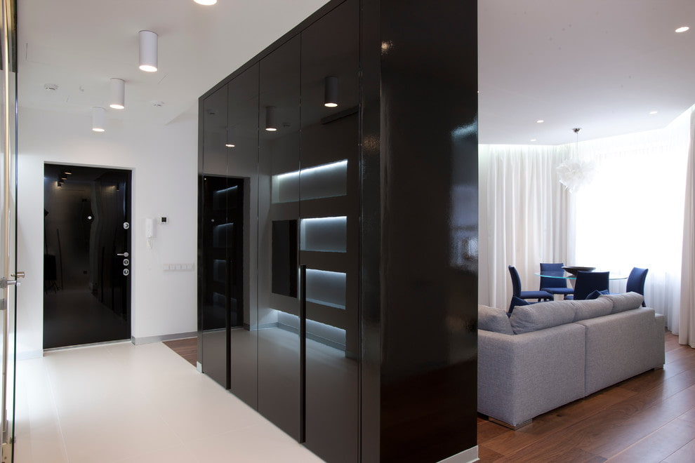 Глянцевый шкаф черного цвета