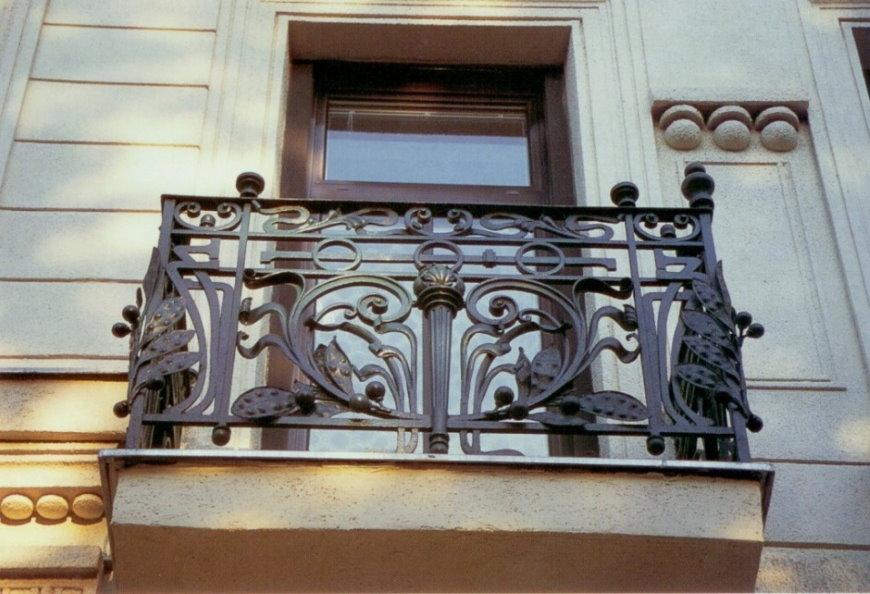 Литое чугунное ограждение на небольшом балконе
