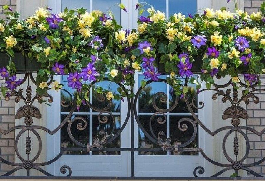 Декорирование балконного ограждения живыми цветами