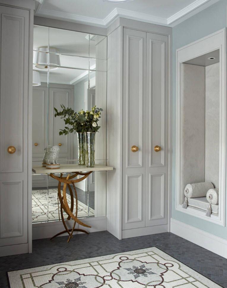 Узкие шкафы в коридоре классического стиля