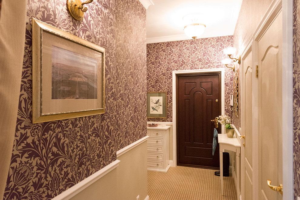 Текстильные обои в коридоре классического стиля