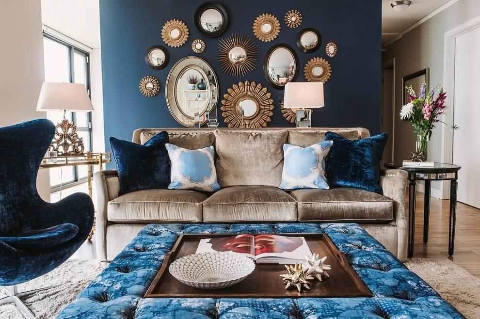 Декор зеркалами стены уютной гостиной